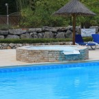 jacuzzi-exterieur-piscine-chauffee-camping-domaine-gil-ardeche