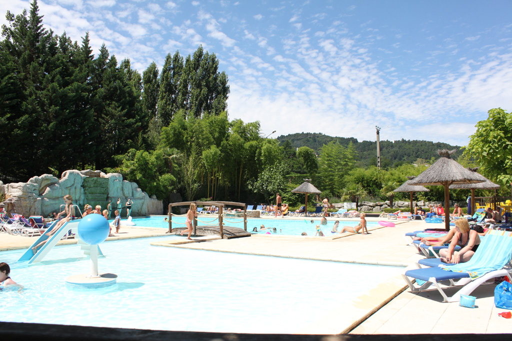 Piscine camping ardeche 4 toiles domaine de gil site for Couvrir piscine exterieure