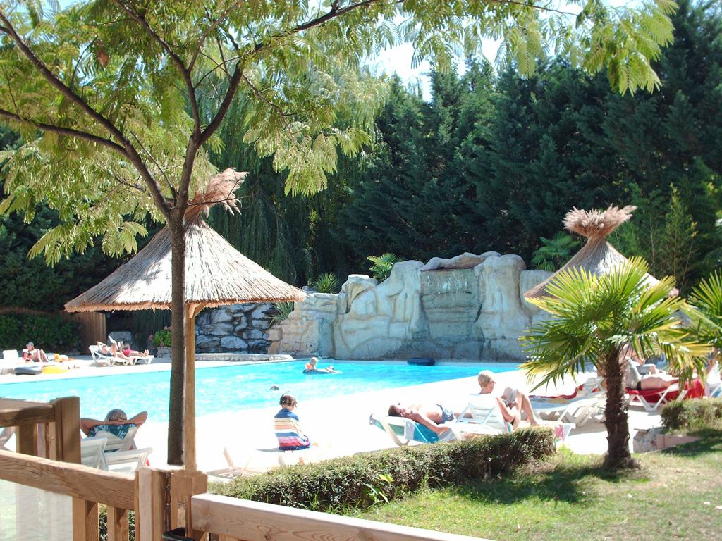 Zwembad camping ardeche 4 toiles domaine de gil site for Piscine aubenas